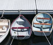 Tres botes de remos atados para arriba en línea a un muelle en Maine imágenes de archivo libres de regalías