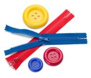 Tres botones de costura coloreados y dos cremalleras imágenes de archivo libres de regalías
