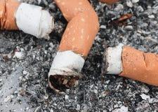 Tres brotes del cigarrillo en el cenicero Fotos de archivo