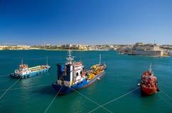 Tres buques de carga coloridos en el puerto La Valeta, Malta fotos de archivo libres de regalías