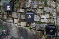 Tres buzones de correos australianos modernos del metal que cuelgan en el practicar obstruccionismo foto de archivo libre de regalías
