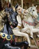 Tres caballos en el carrusel del parque de atracciones Imagenes de archivo