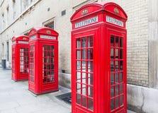 Tres cabinas de teléfonos rojas de Londres todas en fila Foto de archivo libre de regalías