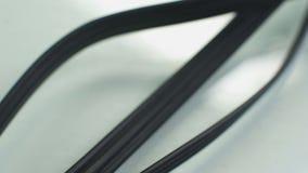 Tres cables negros largos que conectan la consola video con el conector de la TV, de RCA o de phono almacen de metraje de vídeo