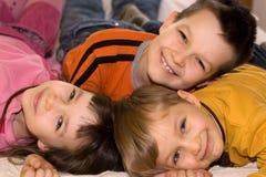 Tres cabritos sonrientes que se divierten foto de archivo libre de regalías