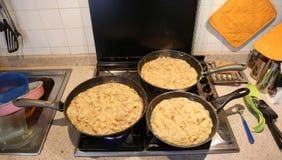 Tres cacerolas grandes con la comida nombraron frico un recip italiano típico Imagen de archivo libre de regalías