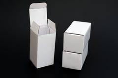 Tres cajas blancas con una abierta y la otra se cerraron Imagenes de archivo