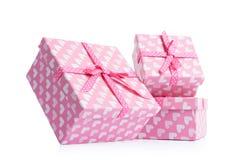 Tres cajas de regalo rosadas, en el fondo blanco El fichero contiene un camino al aislamiento Fotos de archivo