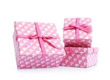 Tres cajas de regalo rosadas, en el fondo blanco El fichero contiene un camino al aislamiento Imágenes de archivo libres de regalías