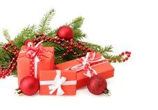 Tres cajas de regalo y ramas de árbol de navidad Imagenes de archivo