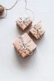 Tres cajas festivas adornaron el cordón del lino del copo de nieve Imagen de archivo
