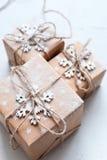 Tres cajas festivas adornaron el cordón del lino del copo de nieve Fotografía de archivo