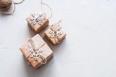 Tres cajas festivas adornaron el cordón del lino del copo de nieve Imagen de archivo libre de regalías