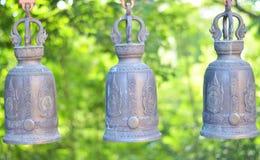 Tres campanas del templo con natural verde Imágenes de archivo libres de regalías