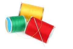 Tres carretes de cuerda de rosca y de aguja Imágenes de archivo libres de regalías