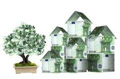 Tres casas de billetes de banco y del árbol euro del dinero stock de ilustración