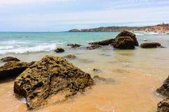 Tres Castelos plaży linia brzegowa, Portimao, Algarve Portugalia Fotografia Stock