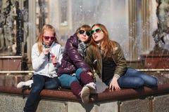 Tres chicas jóvenes Imágenes de archivo libres de regalías