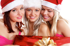 Tres chicas jóvenes están celebrando la Navidad fotografía de archivo libre de regalías
