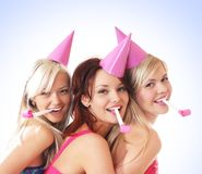 Tres chicas jóvenes están teniendo una fiesta de cumpleaños Foto de archivo libre de regalías