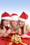 Tres chicas jóvenes están teniendo una fiesta de Navidad foto de archivo libre de regalías