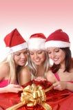 Tres chicas jóvenes están teniendo una fiesta de Navidad imagen de archivo libre de regalías
