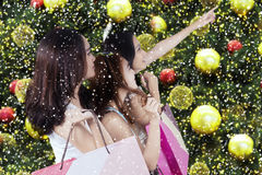 Tres chicas jóvenes sostienen los panieres Fotos de archivo libres de regalías