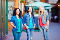 Tres chicas jóvenes todavía se colocan en el deslumbramiento, mirando hacia arriba Fotografía de archivo