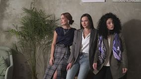 Tres chicas j?venes hermosas en trajes de negocios Estilo del asunto almacen de video