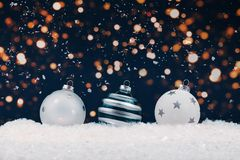 Tres chucherías de cristal blancas de la Navidad con el bokeh imágenes de archivo libres de regalías
