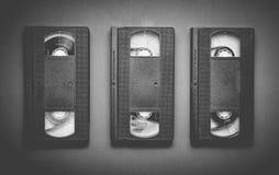 Tres cintas de video en un fondo gris Tecnología retra para foto de archivo libre de regalías