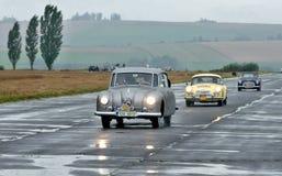 Tres coches del vintage y tres árboles Imagen de archivo libre de regalías