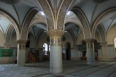 Tres columnas dentro de una mezquita fotografía de archivo