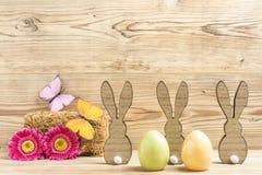 Tres conejitos de pascua y dos huevos de Pascua Imagen de archivo libre de regalías