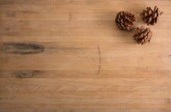 Tres conos del pino en una encimera Foto de archivo
