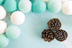 Tres conos en el fondo azul con las luces azules y blancas hechas del hilado roscan, visión superior Fotos de archivo libres de regalías