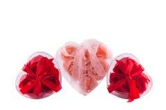 Tres corazones de rosas rosadas y rojas con los arcos Imágenes de archivo libres de regalías