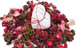 Tres corazones del pan de jengibre en el fondo de los pétalos de la bolsita Imagen de archivo libre de regalías