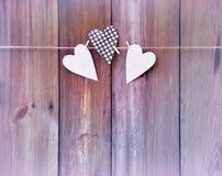 Tres corazones en fondo de madera Quiera el mensaje Postal, Vin Foto de archivo