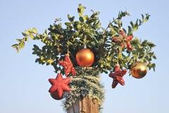 Tres corazones y decoraciones brillantes de las bolas por Año Nuevo y la Navidad Imágenes de archivo libres de regalías