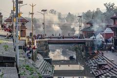 Tres cremaciones en el templo de Pashupatinath fotografía de archivo