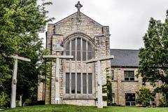 Tres cruces en la iglesia de Memorial United Methodist del panadero en St Charles, Illinois fotografía de archivo