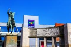 Tres Cruces Fructuoso里维拉公共汽车总站和雕象在Monte 免版税库存图片