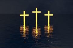 Tres cruza encima el agua que brilla intensamente en oscuridad fotos de archivo libres de regalías