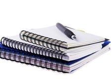 Tres cuadernos espirales y plumas fotografía de archivo libre de regalías