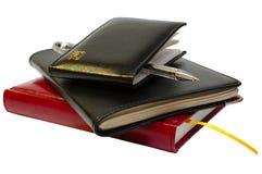 Tres cuadernos (organizadores) y se gelifican la pluma. Foto de archivo