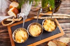 Tres cuencos con la sopa juliana del pollo y de las setas en la tabla Foto de archivo libre de regalías