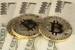 Tres cuentas de Bitcoins y de los yenes imagenes de archivo