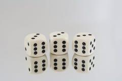 Tres dados blancos con los puntos negros y las reflexiones Imagen de archivo