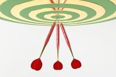 Tres dardos rojos que golpean la diana ilustración 3D stock de ilustración